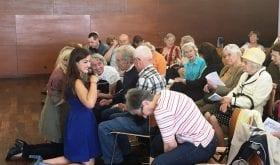 Musicothérapie : des personnes atteintes de la maladie d'Alzheimer chantent devant un public de cent personnes