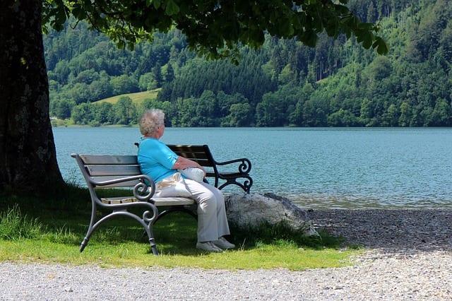 Senior-personnes âgées- isolement-vacances - banc