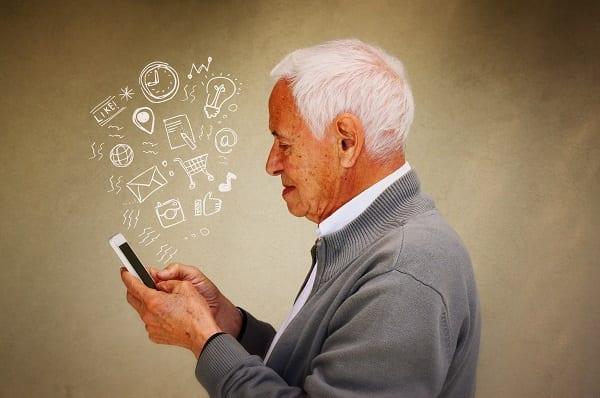 Utilisation du téléphone portable Smartphone par un senior