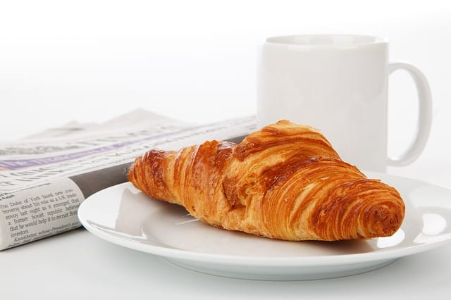 petit-déjeuner-croissant-café-journal