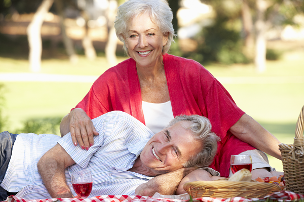 Couple de seniors en Pique-Nique
