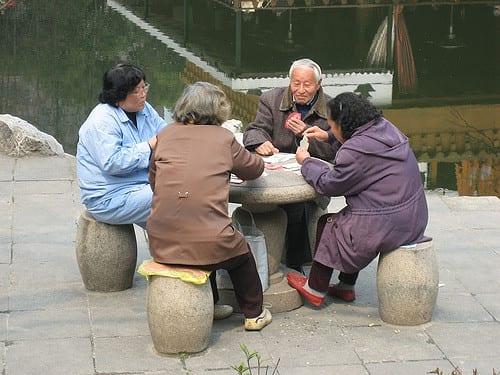 des seniors jouent au carte chine