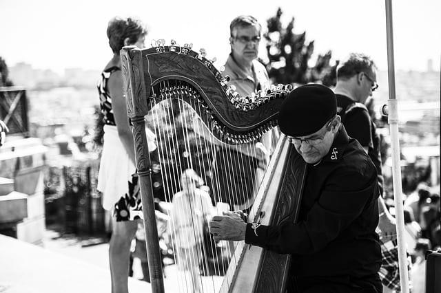 Musicien senior harpe