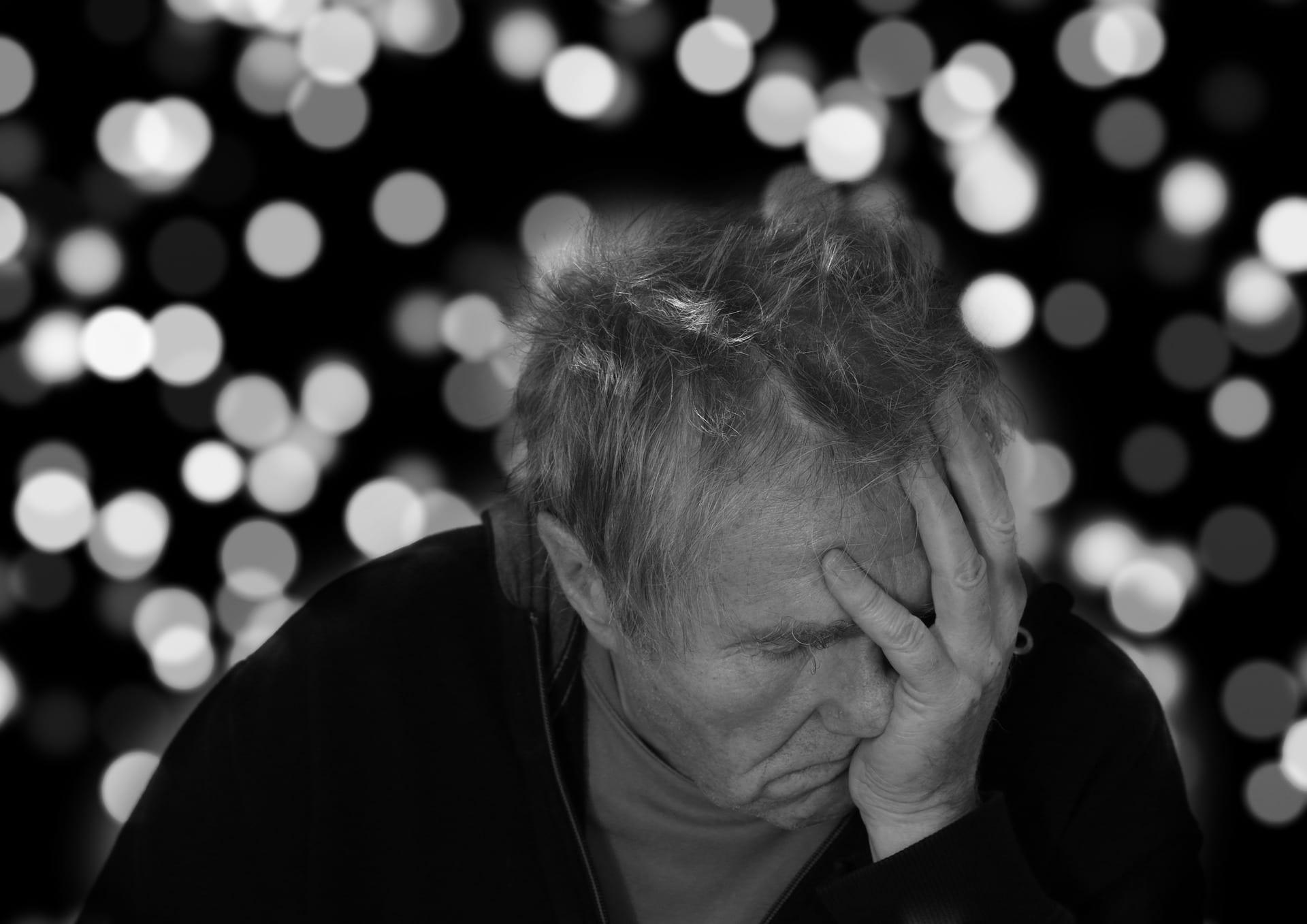 déprimé-senior-désespoir-tristesse