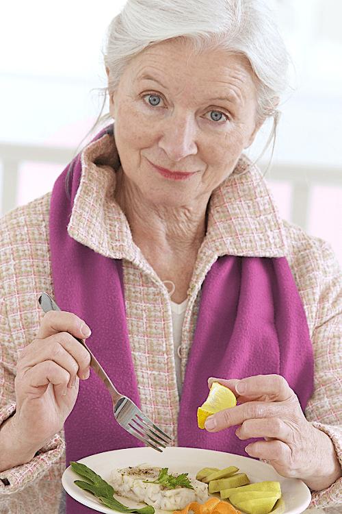 Prise de repas par une personne âgée