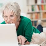 Une femme senior sur l'ordinateur