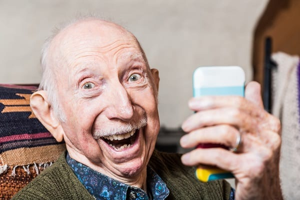 Une personne âgée utilise un Smartphone téléphone portable