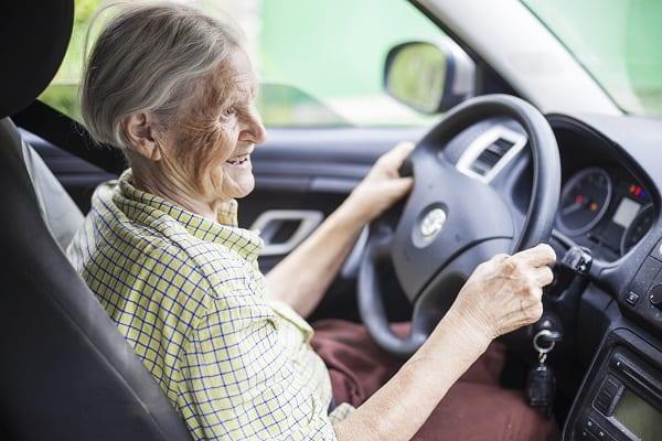 Personne âgée qui conduit