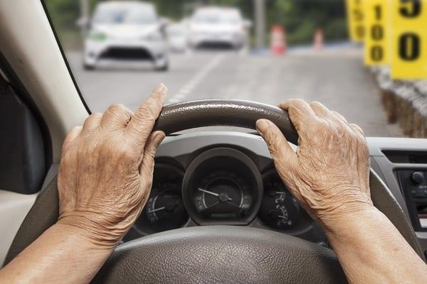 Voiture - senior au volant - mobilité des seniors