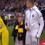 En Suède, des personnes âgées remplacent les enfants pour accompagner les joueurs lors d'un match de football