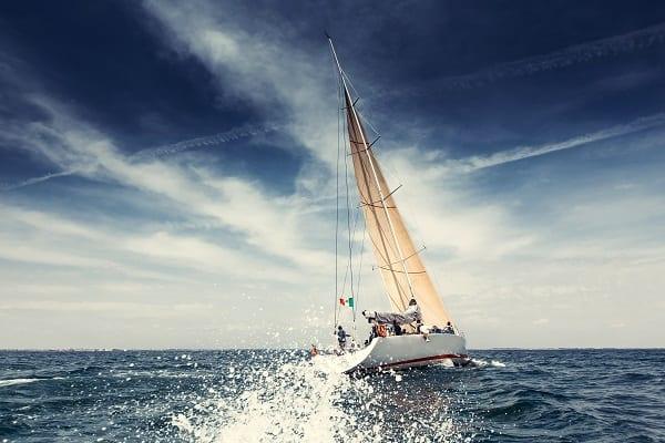 Bateau à voile en mer