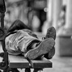 De plus en plus de personnes âgées sont isolées et vivent dans la rue