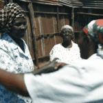 Les femmes âgées font du karaté au Kenya