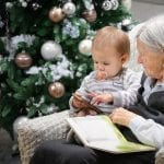 Grands-parents généreux à noël avec leurs petits-enfants