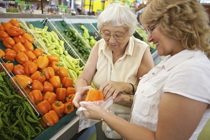 Faire ses courses en supermarché lorsqu'on est une personne âgée