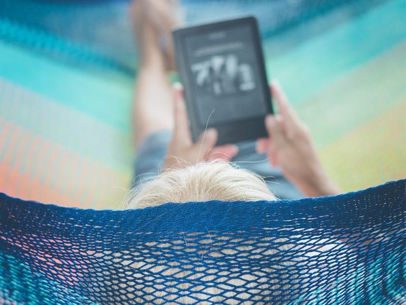 Retraité connecté avec une tablette