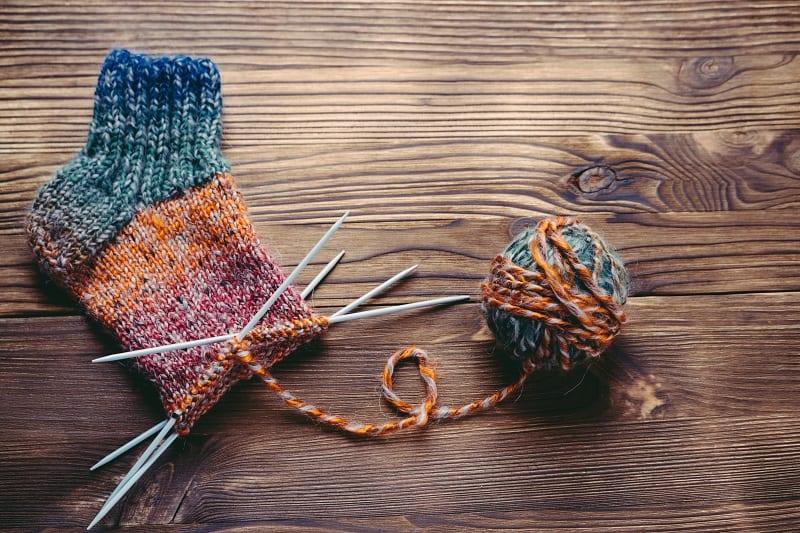 Le tricot, une activité appréciée par les personnes âgées