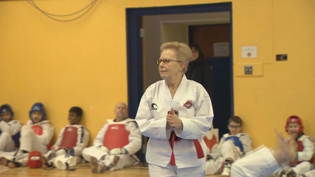Hannah Fraser obtient la ceinture noire de Taekwondo à 72 ans