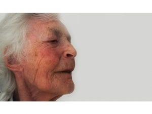 Personne âgée atteinte de démence Alzheimer en maison de retraite