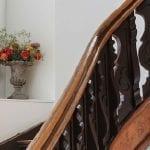 Des marches à ressorts pour personnes âgées : le futur du monte escalier ?