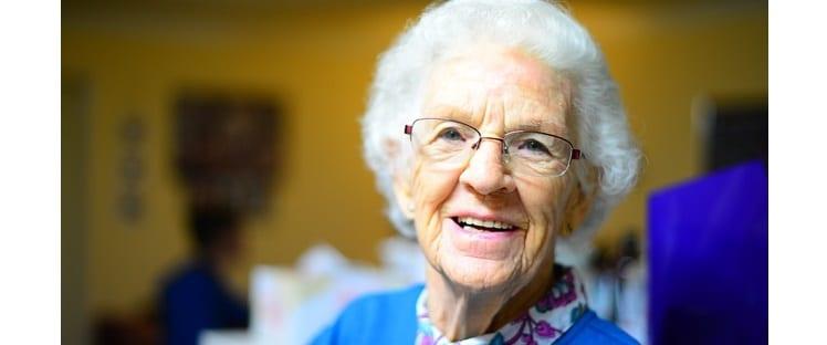 Grand-mère - Personne âgée en EHPAD - Senior - Sourire