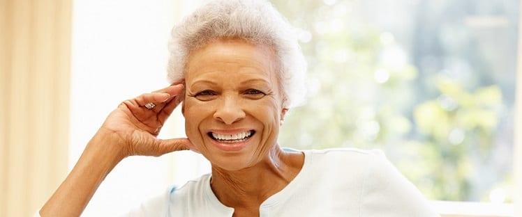 Bonheur - Seniors - Cheveux blancs - Cheveux gris - Sourire