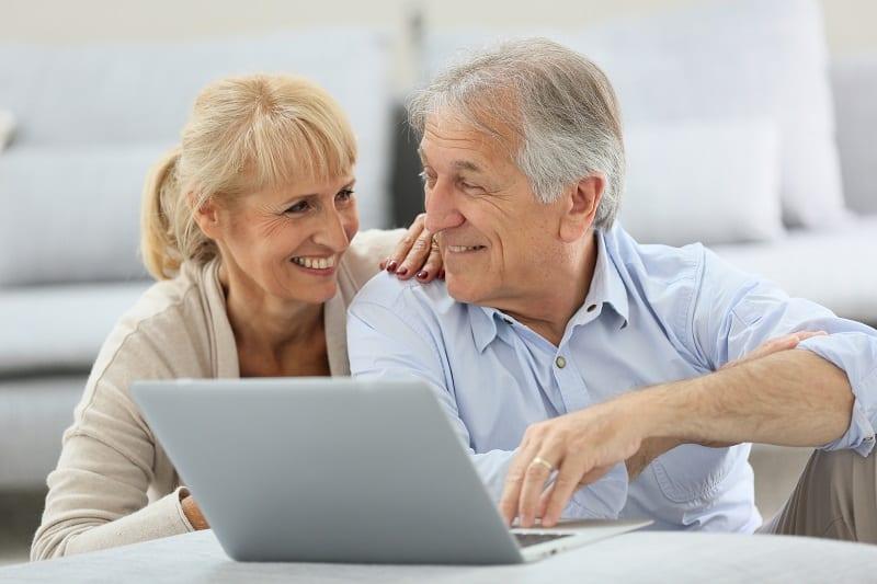 Seniors - Internet - Surfer sur le web - Réseaux sociaux