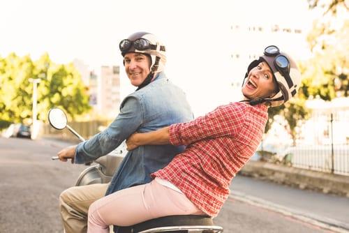 Couple - Bonheur - Retraite - Loisirs - Scooter - Vacances