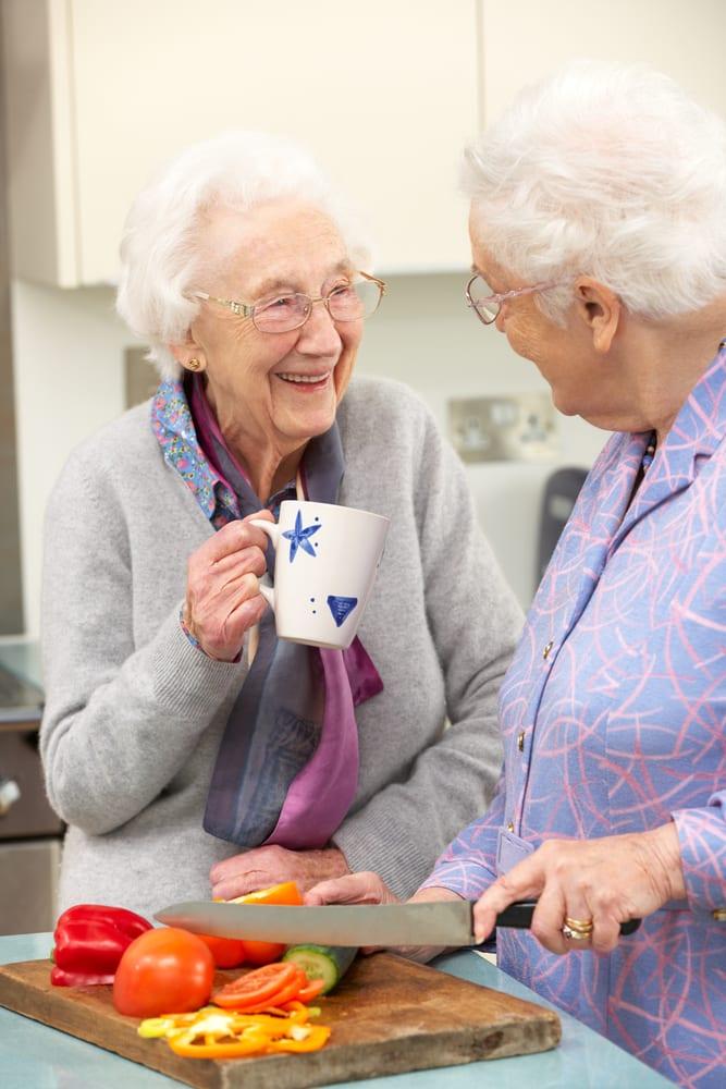 Amitié - Personnes âgées en cuisine - Alimentation - Discussion - Nutrition