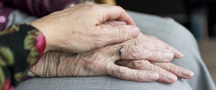 main personne âgée aidant