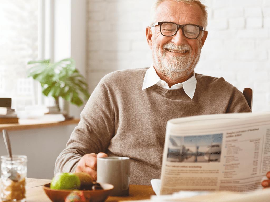Maintien à domicile - Senior - Journal - Café - Heureux